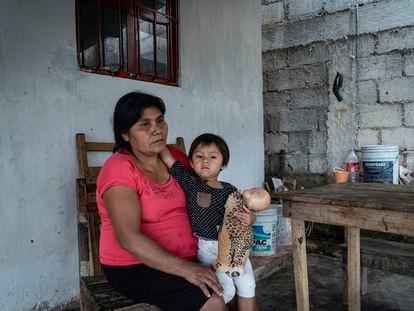 Angélica María López, principal sustento económico de la familia, con su hija en una comunidad rural de Chiapas.