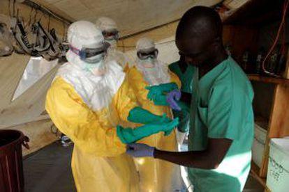 Miembros de Médicos sin Fronteras atienden a los enfermos en una sala de aislamiento instalada en la región de Guedekou, al sur de Guinea, a finales de marzo.