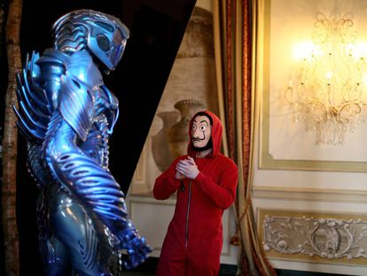 El robot de 'Perdidos en el espacio' y uno de los personajes de 'La casa de papel' en el evento de Netflix en Roma.