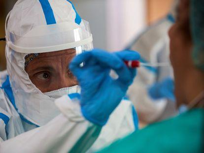 Personal sanitario toman muestras para realizar pruebas de covid-19 a los trabajadores y residentes de la residencia geriátrica Salus, en Barcelona el 23 de abril