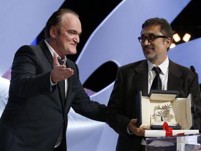 El director turco, a la derecha de la imagen, acepta la Palma de Oro que le entrega el cineasta estadounidense Quentin Tarantino.