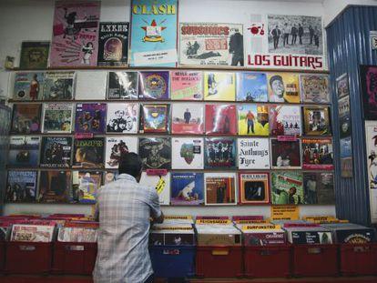 Un hombre busca un disco de vinilo en la tienda de discos Babel.