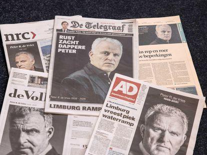 Portadas de los diarios holandeses, un día después de la muerte del periodista Peter R. de Vries en Amsterdam.