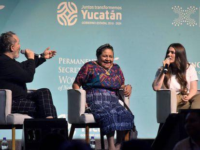 Rigoberta Menchú, entre Miguel Bosé y la cantante mexicana Joy Huerta.