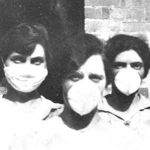 Un grupo de mujeres pertrechadas con mascarillas durante la epidemia de gripe de 1918, en Brisbane (Australia).   ©MUSEO NACIONAL DE AUSTRALIA