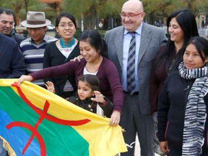 Cristina Uriarte y Patxi Baztarrika posan en San Sebastián junto a miembros de colectivos con lenguas indígenas.