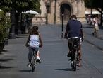 Sevilla/18-08-2020: Un hombre y una niña en bicicleta hoy por Sevilla.FOTO: PACO PUENTES/EL PAIS