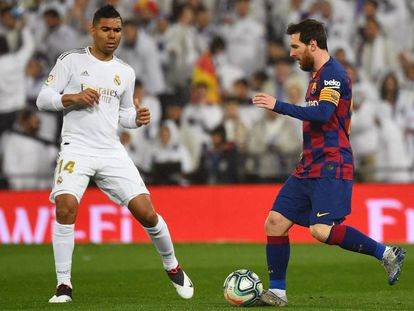 Messi conduce el balón ante Casemiro.