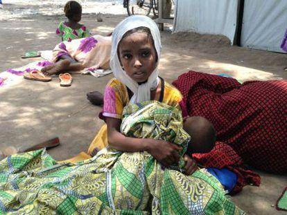 Una niña refugiada de República Centroafricana espera a ser atendida en el centro de Salud del campo de Maingama (al sur de Chad).