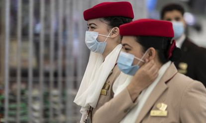Azafatas de Emirates en el Aeropuerto Internacional de Hong Kong