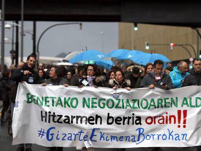 Manifestación de los trabajadores de los centros de iniciativa social de la enseñanza concertada vasca, este viernes.