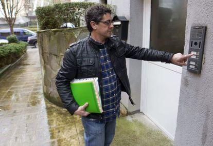 Ramón Baglietto, uno de los miembros del sector crítico de Covite, llega a la sede en San Sebastián para registrar la baja de casi un centenar de socios.