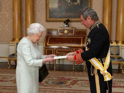 Carlos Bastarreche entrega las cartas credenciales a Isabel II, durante una audiencia privada en el Palacio de Buckingham, en 2017.