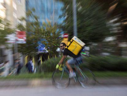Un repartidor de comida a domicilio, en una imagen de archivo.