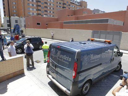 El furgón funerario que traslada el cuerpo sin vida de Sabrina Oliveira.