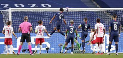 Marquinhos marca el primer gol del partido entre el PSG y el Leipzig.