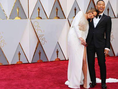 Chrissy Teigen y John Legend, en la pasada entrega de los premios Oscar.