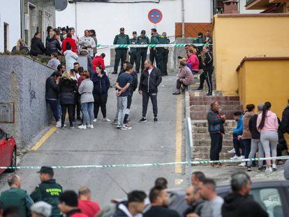Agentes de la Guardia Civil custodian la zona donde fue quemada la casa de un presunto asesino en Pinos Puente (Granada).