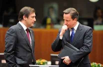 El Primer Ministro de Portugal, Pedro Passos Coelho, habla con el Primer Ministro británico, David Cameron, antes de la reunión del Consejo de Europa.