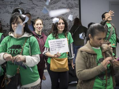 Protesta de la PAH en el Consorcio de Vivienda de Barcelona, este miércoles.