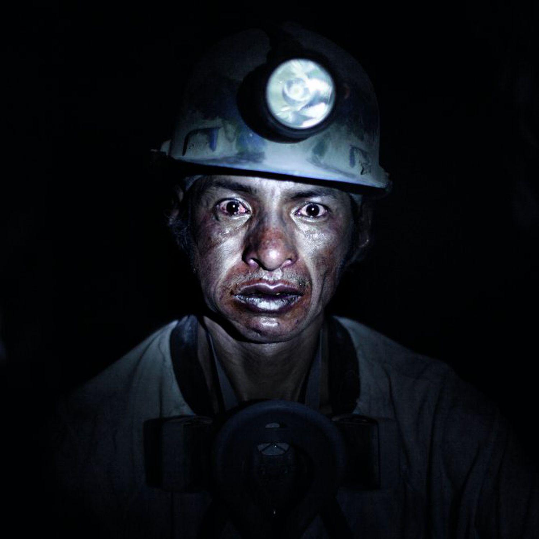 Uno de los mineros retratados por Dewever-Plana en el interior del Cerro Rico, Benjamín Cruz, de 43 años.