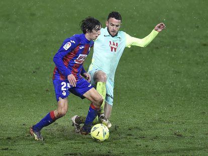Bryan Gil conduce el balón ante Quini en el partido del Eibar contra el Granada.