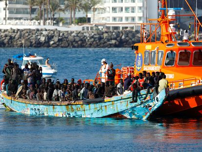 Llegada del cayuco con cerca de 200 personas al puerto de Arguineguín (Gran Canaria) este jueves.