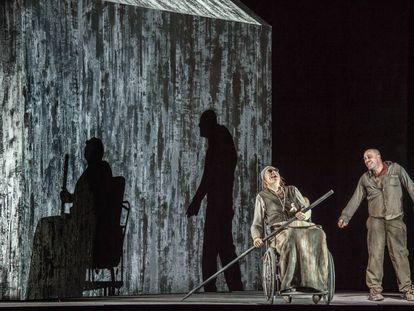 Frode Olsen (Hamm) y Leigh Melrose (Clov) en la ópera de György Kurtág estrenada en 2019 en Milán.