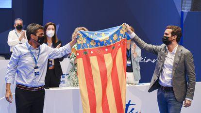 El nuevo líder del PP de la Comunidad Valenciana, Carlos Mazón  y el presidente nacional Pablo Casado con una bandera de la Comunidad Valenciana en el XV Congreso regional del partido el pasado mes de julio.