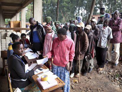 Ciudadanos de Burundi esperan en fila para poder votar en el referéndum sobre la reforma constitucional, este jueves 17 de mayo.