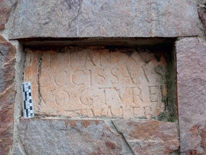 Detalle del fragmento inferior de la estela romana de Huerta del Rey.
