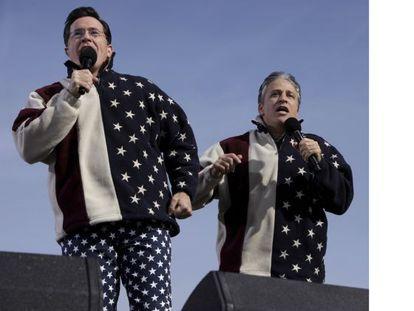 Stephen Colbert y Jon Stewart durante un acto en Washington en 2010