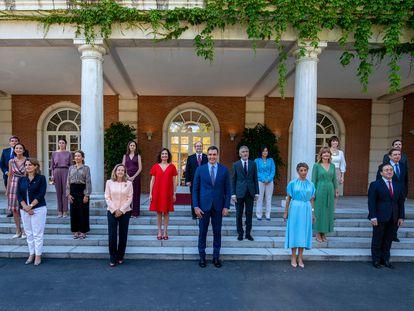El presidente del Gobierno, Pedro Sánchez, preside la tradicional foto de familia de la nueva composición del Ejecutivo en las escalinatas del Palacio de la Moncloa.