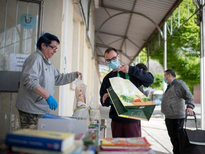 Colas de hambre en un centro de Caritas en Madrid.