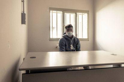Un preso interno en el módulo de aislamiento.