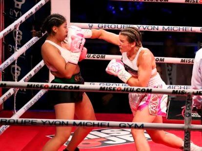 La boxeadora mexicana Jeannette Zacarías recibe un puñetazo de Marie-Pier Houle en Montreal, Canadá, en un fragmento del combate.