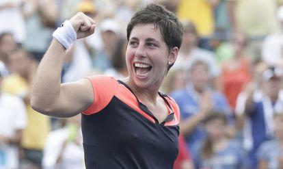 Carla Suárez celebra su victoria ante la alemana Kerber en octavos