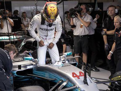 Hamilton se sube a su coche en la pole de Bélgica.