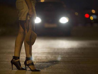 Una trabajadora sexual en una calle de Sevilla.