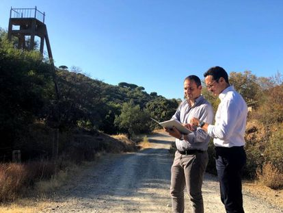 Vincent Ledoux (a la derecha) y Xavier Valls, en los terrenos previstos para la mina de litio.