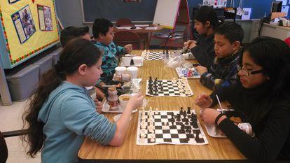 Alumnos juegan al ajedrez durante el almuerzo en la escuela Broad Acres de Maryland (EEUU), donde el docente español Fernando Moreno utiliza el ajedrez como herramienta para la adaptación social de los inmigrantes.