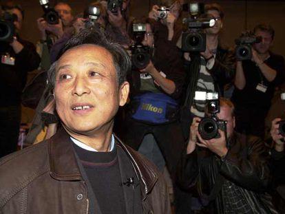 Gao Xingjian, rodeado de periodistas en la Feria del Libro de Francfort de 2000, tras anunciarse que se le habían concedido el Premio Nobel de Literatura.