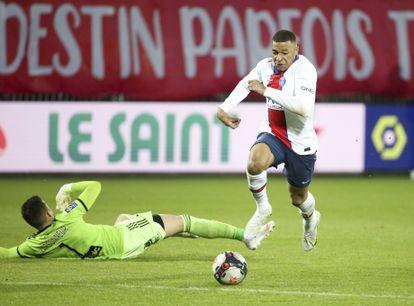 Kylian Mbappe en un partido con el PSG en mayo.