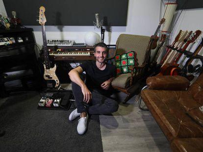 Nico Casal, compositor de bandas sonoras, posando en su estudio.