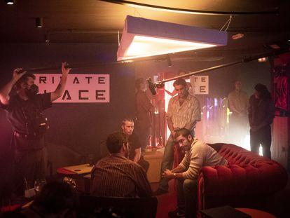 Un momento del rodaje de la serie 'El Inmortal', protagonizada por Álex García (sentado a la derecha).
