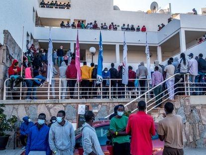Un grupo de casi un centenar de migrantes, la mayoría senegaleses y malienses, se concentra en el hotel del sur de Gran Canaria donde se alojan para demandar que se les permita viajar a la Península.