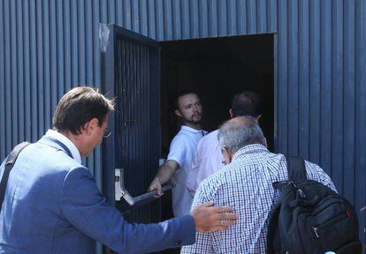 Inspectores sanitarios entran en la fábrica de Magrudis, en Sevilla, en el verano de 2019.