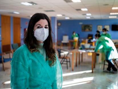 Susana Mirás, coordinadora de la vacunación en el área de Santiago, con otros miembros del dispositivo, en el geriátrico de Boqueixón (A Coruña).