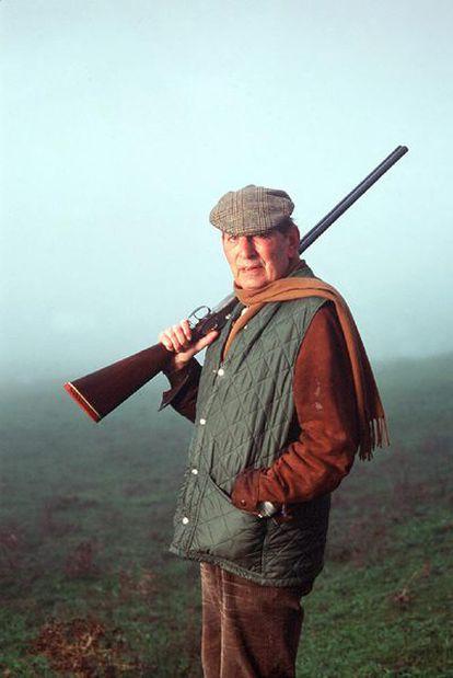 Miguel Delibes, posando con uno de sus atuendos más queridos: el de cazador.