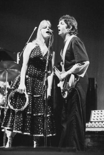 Paul y Linda actuando con su grupo Wings en Londres en 1975.